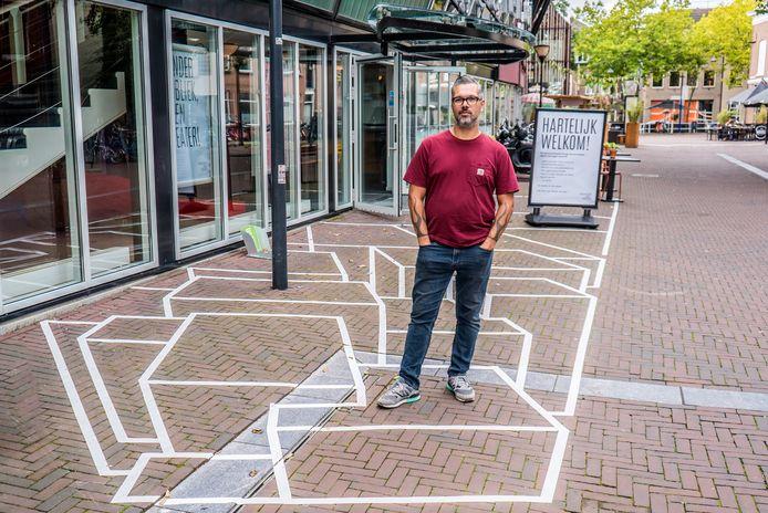 Micha de Bie bij zijn 3D-kunstwerk voor de deuren van Theater de Veste in Delft.