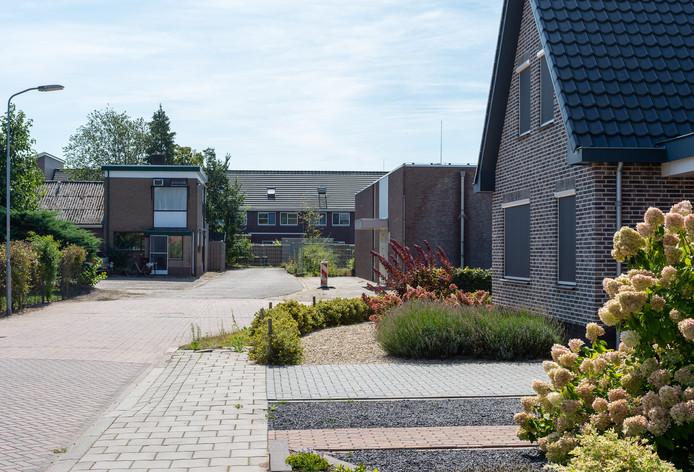De woning van Cor en Miep Bakker (links) aan De Pirk in Vaassen moet wijken voor nieuwbouw. De gemeente Epe wil het echtpaar onteigenen.