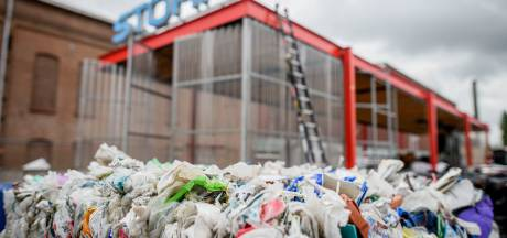 Uit duizenden petflessen opgebouwd complex in Hengelo gaat tegen de vlakte