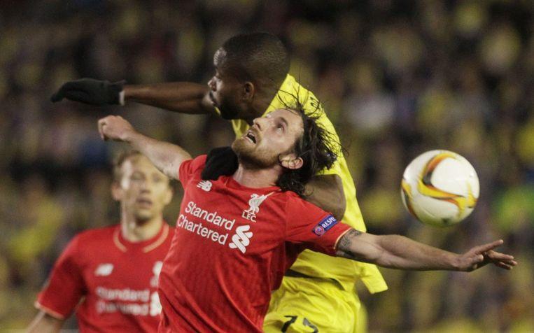 Archiefbeeld: Joe Allen, nog in het shirt van Liverpool, in een verwoed duel met Cedric Bakumbu.
