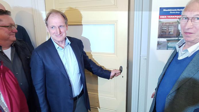 Voorzitter Ansfried Goesten van het Driels Museum opent de deur naar de nieuwe expositie