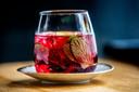 Cranberry Spritz: ,,Heerlijk als aperitief. Cranberrysap kan vrij bitter zijn, maar door de chocoladesiroop wordt het vriendelijker en zachter.''
