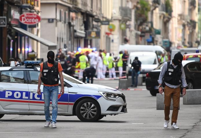 Franse politiemensen zoeken naar bewijsmateriaal in de buurt van bakkerij 'Brioche Dorée' waar de bomkoffer ontplofte.