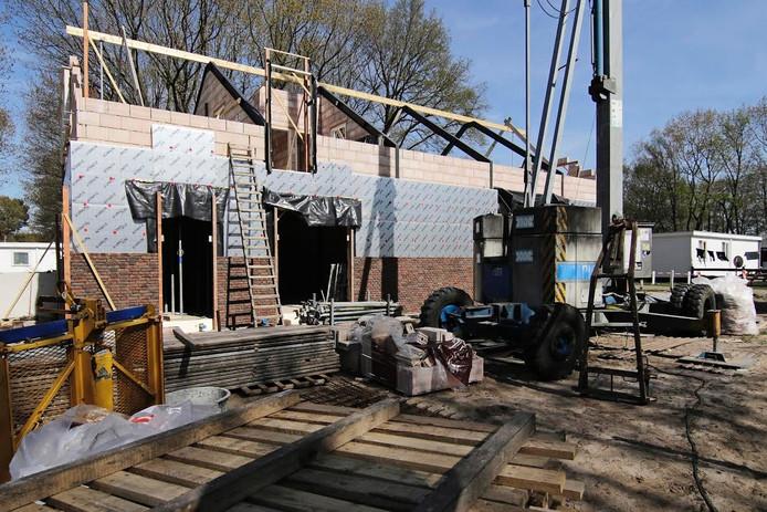 Het servicegebouw in aanbouw op park De Naaldhof. Er komt onder meer een Poolse supermarkt in.