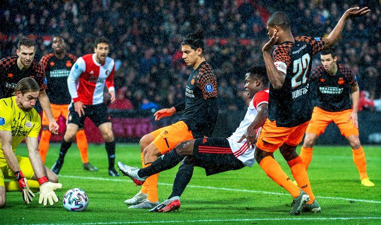 Een overtreding van PSV'er Denzel Dumfries (rechts) op Feyenoord-speler Luis Sinisterra leidt tot een strafschop voor Feyenoord, die benut zal worden door Steven Berghuis (2-0). Beeld Klaas Jan van der Weij