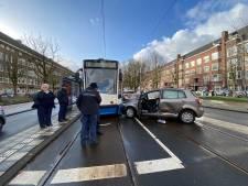 Taxi knalt tegen tram op Rooseveltlaan