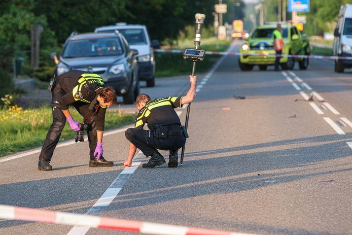 De politie doet sporenonderzoek na het ongeluk op de Espelerweg bij Emmeloord.