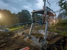 Millimeterwerk, maar eerste deel van nieuwe fietsbrug in Enschede ligt op zijn plek