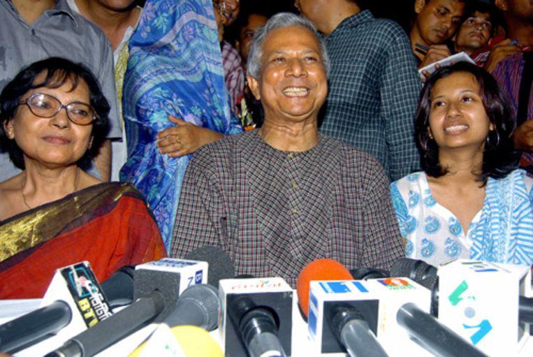 Winnaar van de Nobelprijs voor de Vrede Muhammad Yunus geeft een persconferentie met naast hem zijn vrouw Afroza (l) en dochter Dina (r). (AFP) Beeld null