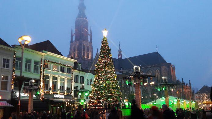 Kerstboom en schaatsbaan vorig jaar  op de Grote Markt tijdens Betoverend Breda