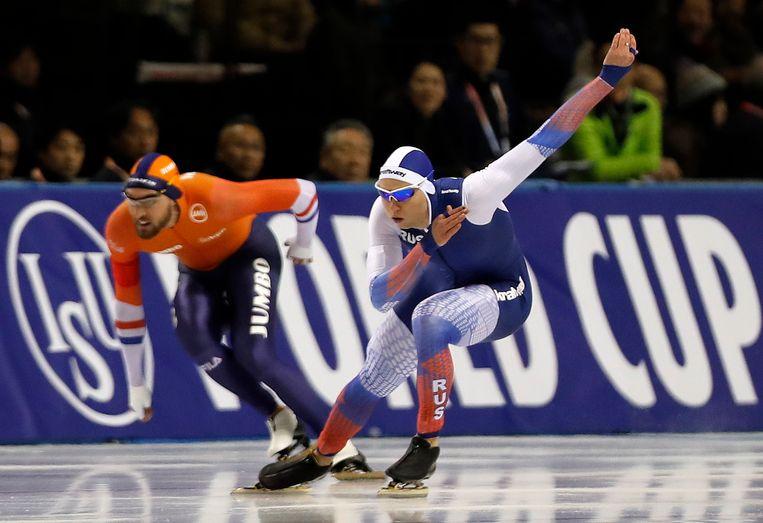 Pavel Kulizhnikov uit Rusland gaat Kjeld Nuis voorbij en wint daarmee de 1000m.  Beeld EPA