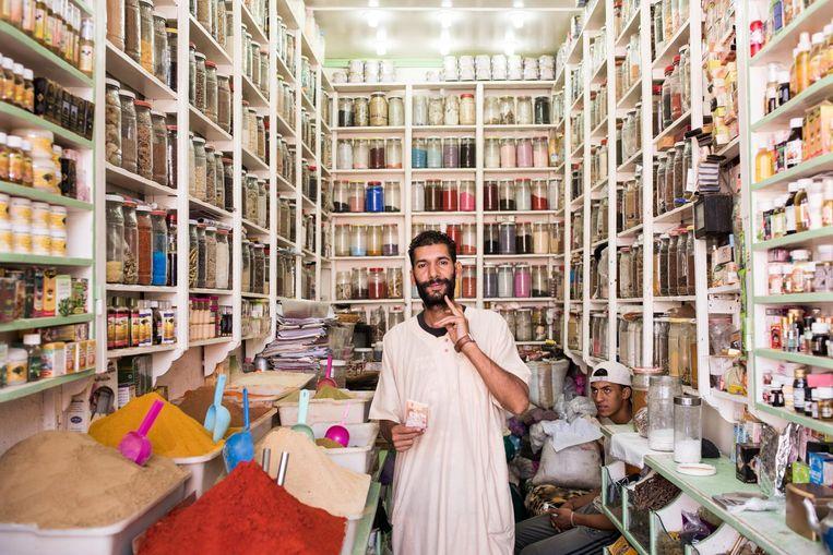 Verkopers in de bazaar van Marrakech. Beeld Dim Balsem