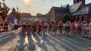 Dames met sportbeha rijden ererondje  op Lendlee Koerse