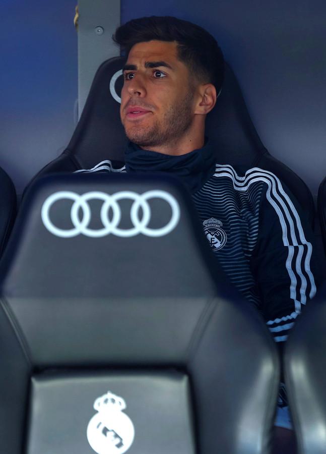 Marco Asensio op de bank bij Real Madrid.