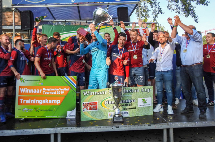 FC 's-Gravenzande viert de winst van de Sir Winston Cup, hun tweede prijs dit seizoen. De Westlanders versloegen DHC in de finale.
