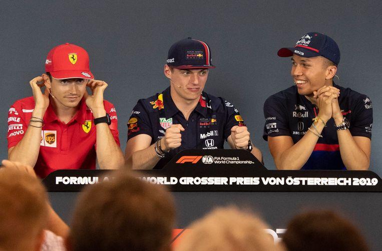 Verstappen (midden) tijdens een persconferentie dit seizoen met Ferrari-coureur Charles Leclerc (links) en zijn nieuwe teamgenoot Alexander Albon (rechts) Beeld AFP