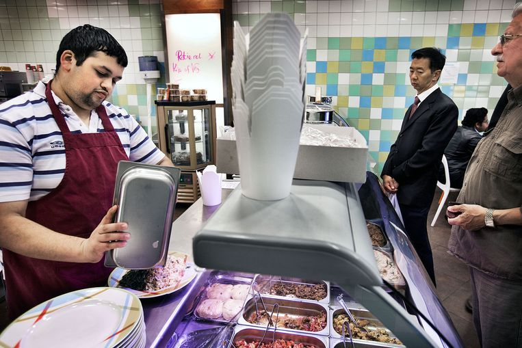 Jongeren met een Wajong-uitkering aan het werk in een broodjeszaak in de Amsterdamse Bijlmermeer. Beeld Guus Dubbelman / de Volkskrant