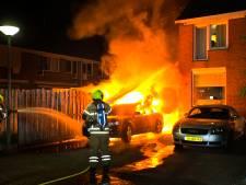Vlak voor huis geparkeerde auto brandt volledig uit in Dordt