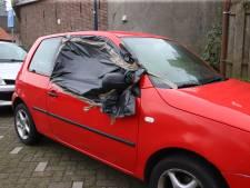 Vandalen houden huis in Geldermalsen: dertien autoruiten ingeslagen