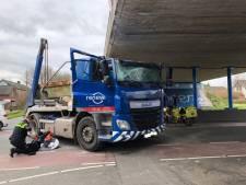 Vrachtwagen ramt viaduct Vinkeveen, bestuurder gewond
