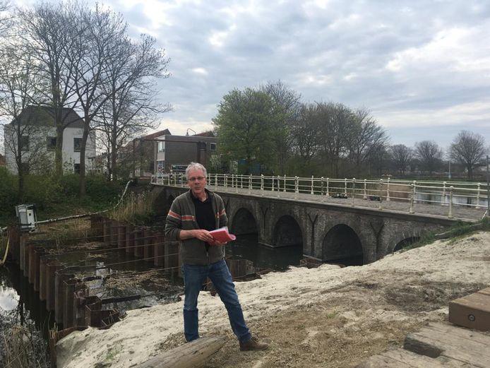 Hans Sinke van Bouwwinkel Zeeland is gespecialiseerd in restauraties en adviseert de gemeente bij de opknapbeurt van de Zuidwellebrug.