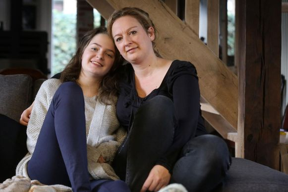 Emma Vanmechelen (16) en haar mama Leentje Martens.