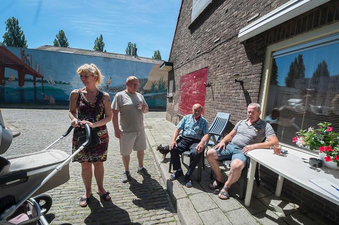 Rijnwijkers mijmeren over de toekomst van hun buurt. Vlnr Astrid van Verseveld, Gradus Stoks, Hennie Hol en John van Verseveld.
