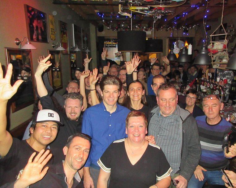 In café De Fazant kan Jürgen Roelandts rekenen op een trouwe supportersclub. De fans bouwden een feestje tijdens de fandag van hun idool.