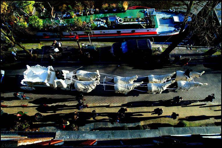 2003: De stoet met het stoffelijk overschot van Cor van Hout rijdt over de Prinsengracht in Amsterdam.  Beeld ANP