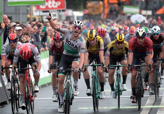 Sam Bennett geeft de renners van Jumbo-Visma het nakijken in Hulst.