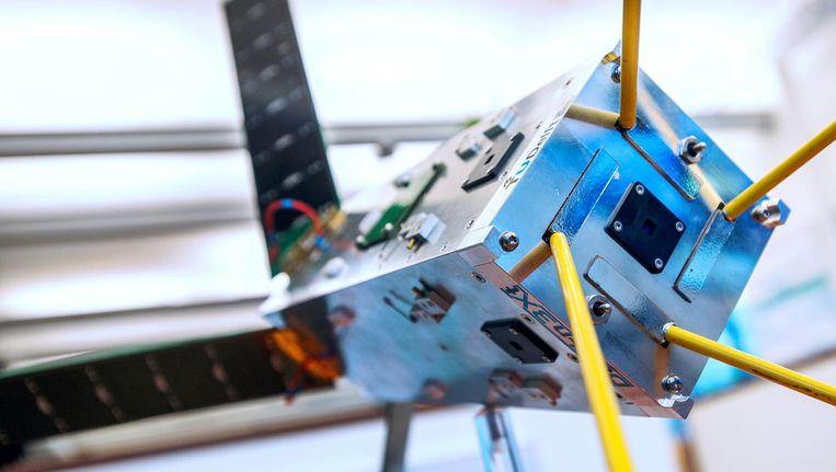 Een modelsatelliet van de TU Delft uit 2013 Beeld Raymond Rutting / de Volkskrant
