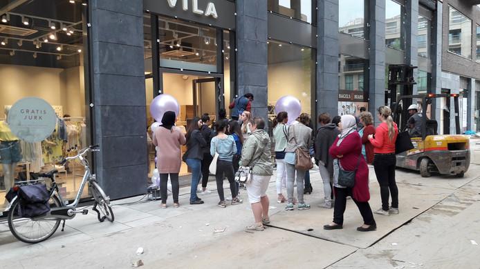 De eerste 100 klanten krijgen een gratis jurk bij Vila
