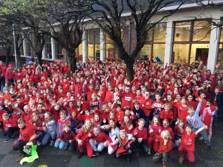 De hele school kleurt rood.