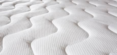 Weggebruiker haalt matras van de A50 bij Eindhoven, Rijkswaterstaat waarschuwt om dat niet na te doen