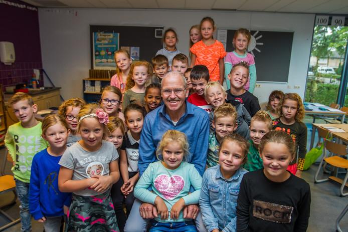 Meneer Piet Hermans met zijn leerlingen van de Leilinde in Reusel.