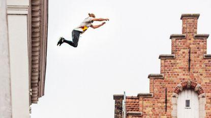 Zo zag je Brugge nog nooit: freerunner neemt je al lopend, springend en buitelend mee over historische daken