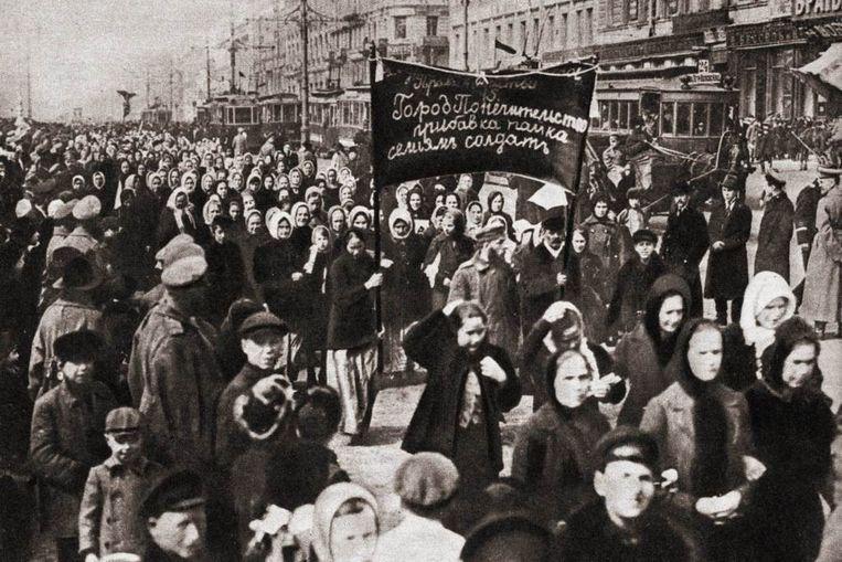 Vrouwen betogen voor 'brood en vrede' in Petrograd (Rusland) op 8 mei 1917