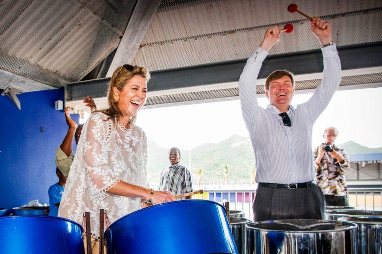 Koning Willem-Alexander en koningin Maxima tijdens een bezoek aan het Shelter in Festival Village op Sint Maarten.