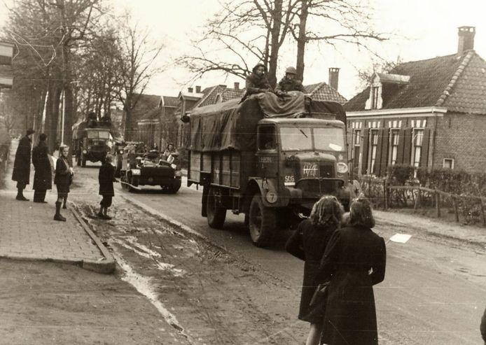 Een eindeloze rij geallieerde voertuigen trekt over de Borculoseweg Neede binnen.
