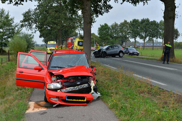 Twee bestuurders raakte woensdagmiddag gewond bij een aanrijding op de Zutphenseweg in Klarenbeek. Zij zijn ter controle naar het ziekenhuis gebracht. De auto's raakten zwaar beschadigd.