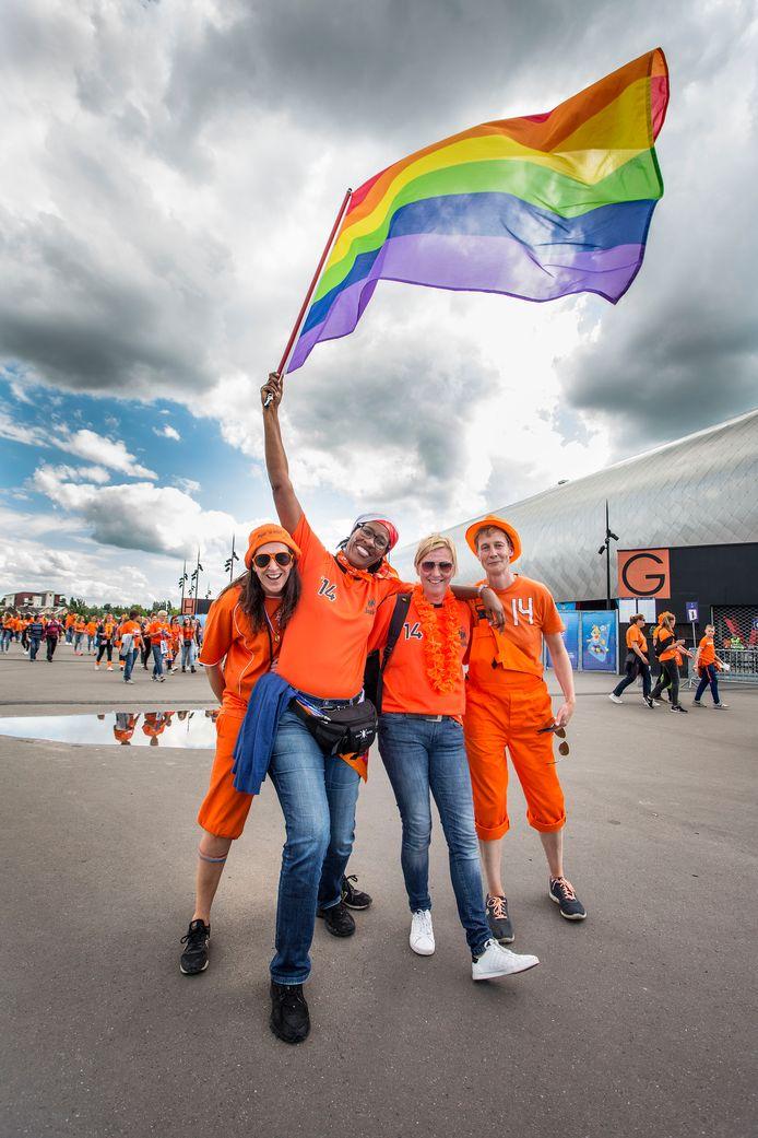 Diana van Limpt (links) met haar vriendinnen bij het stadion in Valenciennes.