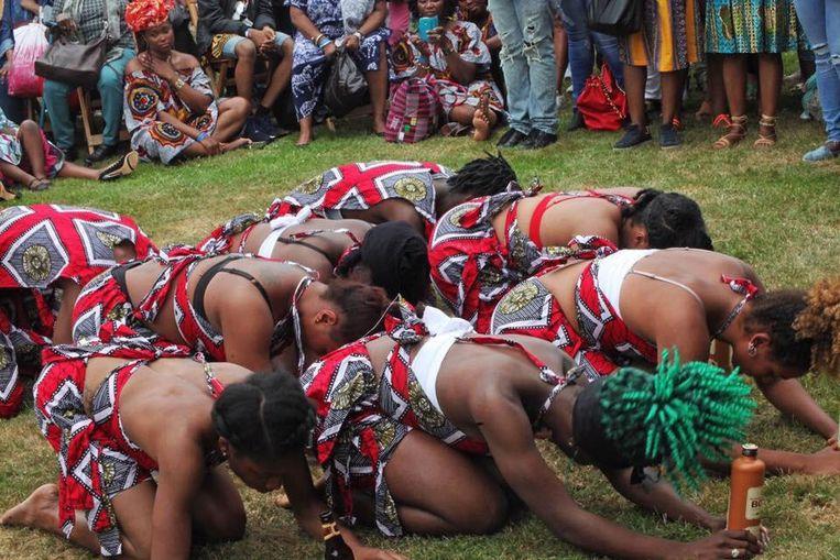 Herdenken en traditionele kledij tijdens Keti Koti Beeld Untold