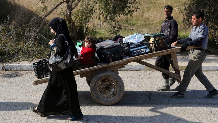 Mensen ontvluchten hun huis ten oosten van Mosoel tijdens de gevechten van de Iraakse veiligheidskrachten tegen IS.