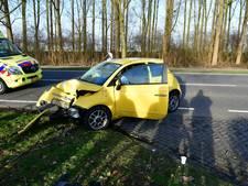 Auto botst frontaal tegen boom bij aanrijding in Doesburg