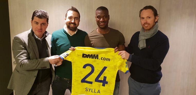 Sylla (tweede van rechts) poseert met het truitje van STVV.