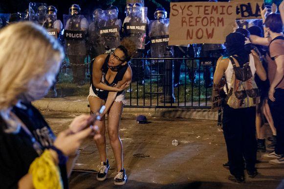 Rond het Witte Huis is een uitgebreide perimeter opgesteld met politieagenten en leden van de Amerikaanse geheime dienst. Betogers worden achteruitgedrongen met pepperspray en rubberkogels.