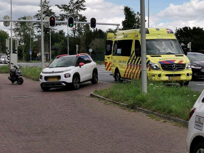 Een scooter en een auto zijn met elkaar in botsing gekomen aan de Ritzema Bosweg in Wageningen.