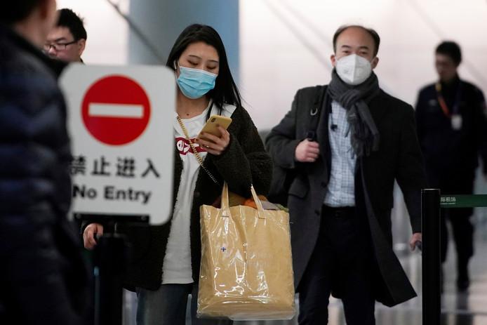 Les passagers portent un masque à l'aéroport de Shanghai, le 20 janvier 2020.