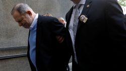 Harvey Weinstein geeft zichzelf aan in politiekantoor Manhattan: producer officieel aangeklaagd voor verkrachting