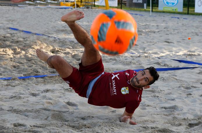 Man van het eerste uur Ali Eryuruk probeert het beachscoccerveld uit